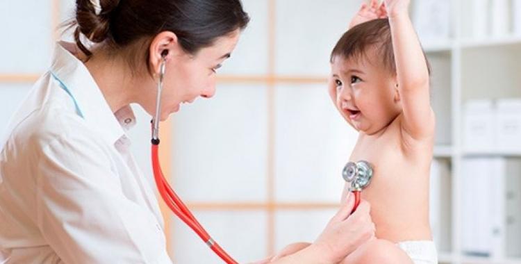 Imatge d'una pediatra amb un pacient | Cedida