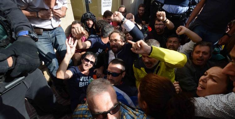Juli Fernández entre els concentrats a les portes de la casa de Joan Ignasi Sanchez   Roger Benet