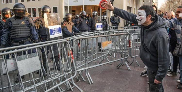 Moments de tensió a l'entrada del carrer Lacy | Roger Benet