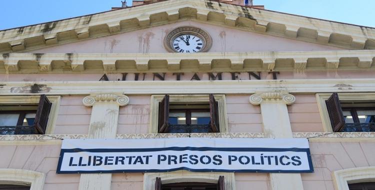 La pancarta de 'Llibertat presos polítics' continua generant polèmica/ Roger Benet