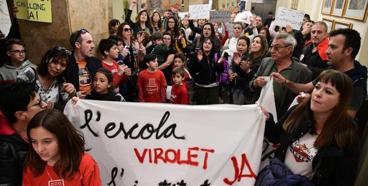 Les famílies de Can Llong han entrat al saló amb pancartes i crits/ Roger Benet