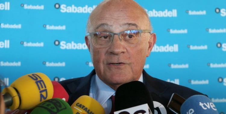 El president del BS, Josep Oliu atenent els mitjans | ACN