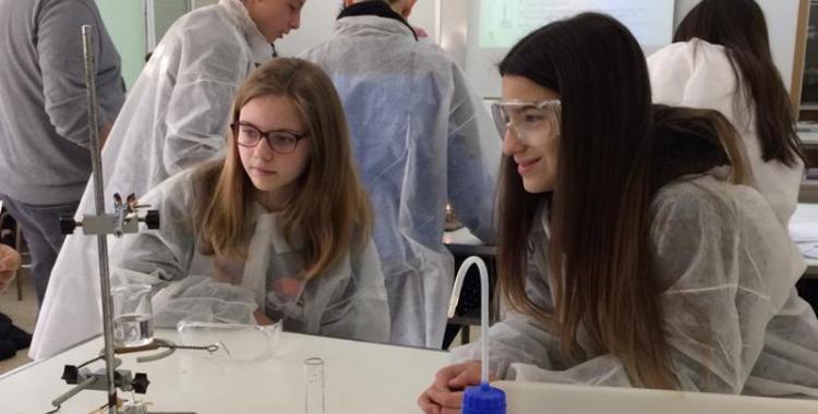 Dues alumnes a la classe de Química  Cedida