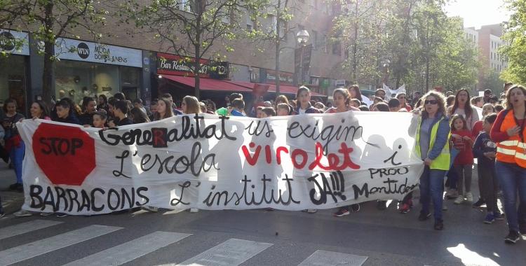 La comitiva ha recorregut el trajecte entre l'ajuntament i la delegació d'Educació| Marc Serrano i Òssul