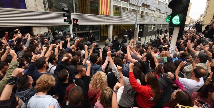 Manifestants a l'escola Nostra Llar durant l'1-O | Roger Benet