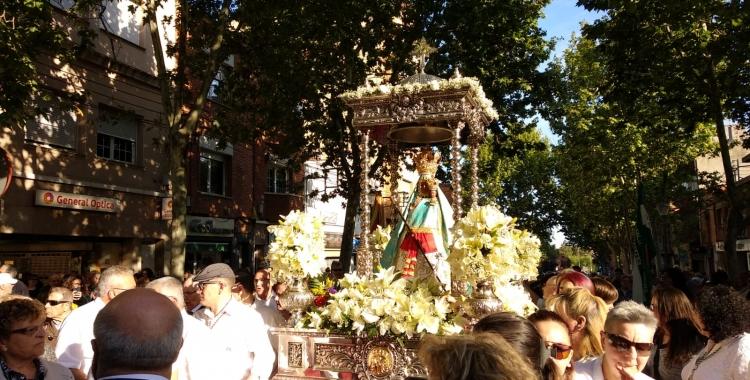 Centenars de sabadellencs surten per rebre la Virgen de la Cabeza