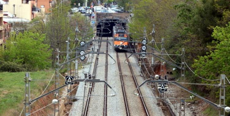 Pla general d'un comboi de la R4 entrant al túnel de Sabadell Nord, a la zona on ha tingut lloc l'accident mortal | Norma Vidal
