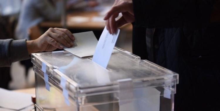 Imatge d'una urna amb una persona votant | Arxiu