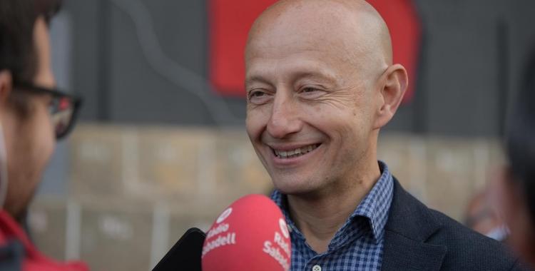 El president Calzada atenent als micròfons de Ràdio Sabadell a Olot   Roger Benet