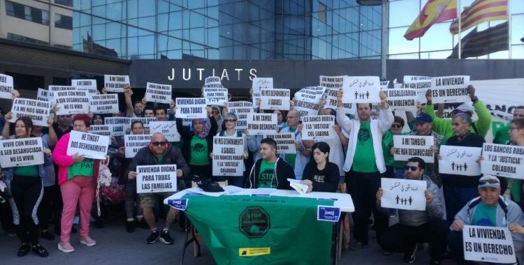 Membres de la PAH protestant davant dels Jutjats de Sabadell | Cedida