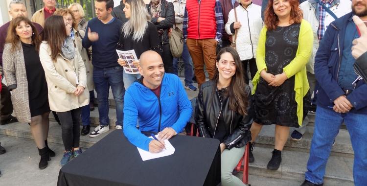 Joan Berlanga i Elena Hinojo, asseguts, signen el codi ètic de la formació | Sabadell en Comú