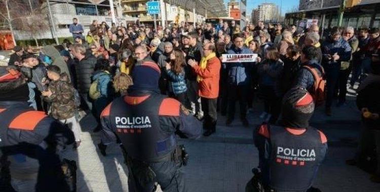 Imatge dels manifestants durant la visita d'Enric Millo | Roger Benet