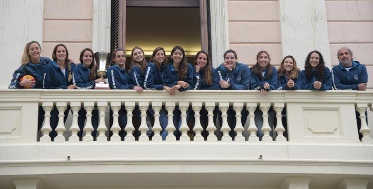 La plantilla de l'Astralpool femení saludant a la plaça Sant Roc des del balcó de l'Ajuntament | Roger Benet