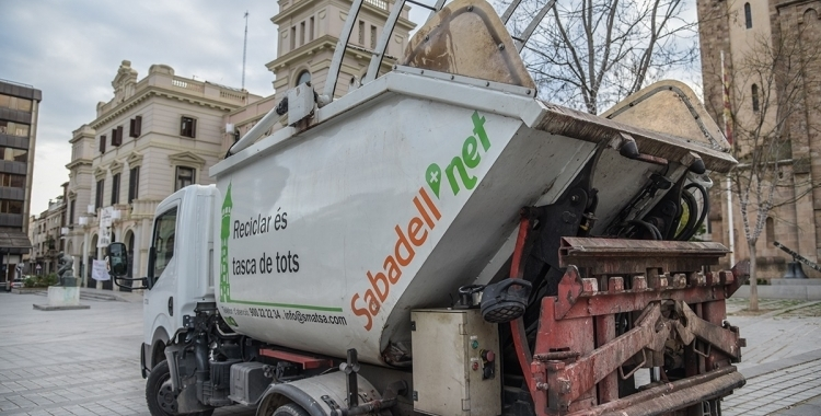 Un vehicle d'SMATSA davant de l'Ajuntament de Sabadell | Roger Benet