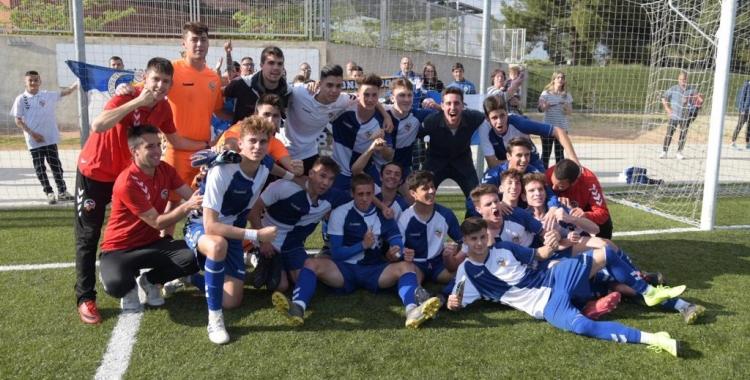 El Juvenil 'A' del Centre d'Esports va celebrar sobre la gespa d'Olímpia l'ascens a Lliga Nacional. | Roger Benet