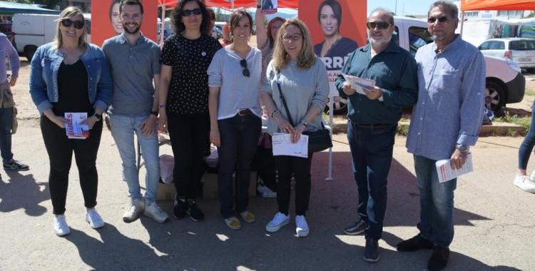 Marta Farrés envoltada del seu equip a la paradeta del partit al mercat   Roger Benet