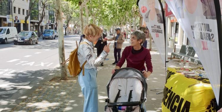 Lourdes Ciuró parla amb una ciutadana   Junts per Sabadell