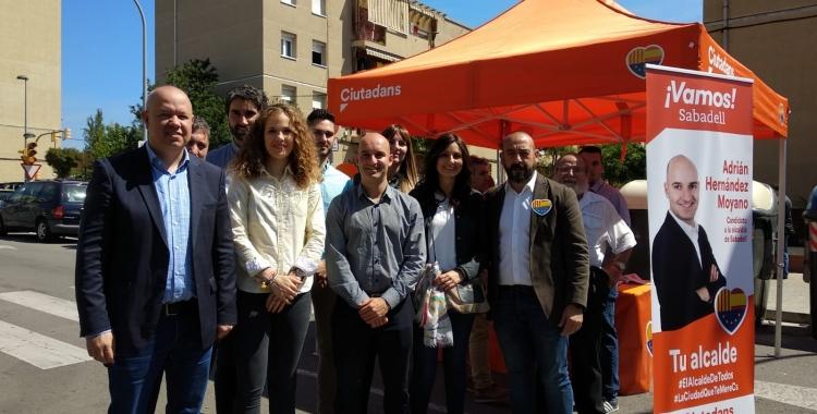 L'equip de Ciutadans a la paradeta del mercat de Campoamor