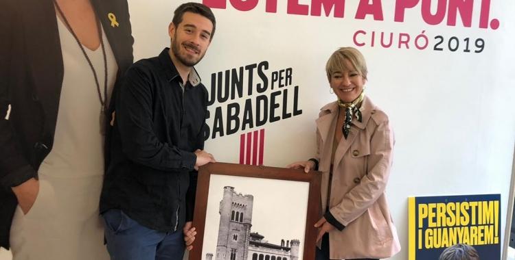 Aleix González i Lourdes Ciuró amb una fotografia del Castell de Can Feu | Cedida
