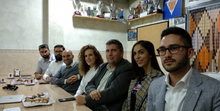 Adrián Hernández i el seu equip en el berenar informatiu | Helena Molist