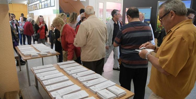 Ciutadans exerceixen el seu dret de vot en un col·legi electoral | Roger Benet