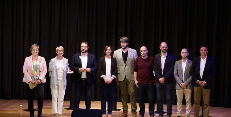 Els vuit alcaldables, en la foto de família inicial amb el presentador, Xavi Bundó | Juanma Peláez