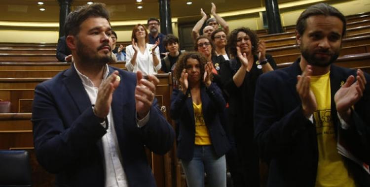 Diputats d'ERC —entre els quals, el sabadellenc Gabriel Rufián—, aplaudint els presos quan abandonaven l'hemicicle del Congrés dels Diputats   Javier Barbancho / ACN