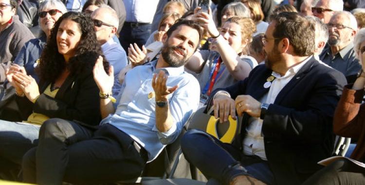 El president del Parlament, Roger Torrent, amb l'alcaldable d'ERC a Sabadell, Juli Fernández, durant l'acte central de campanya | Jordi Pujolar / ACN