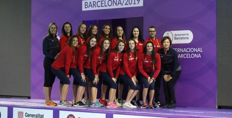 Carbonell (fila superior, al centre) i Garcia (segona nedadora començant per la dreta, part inferior), amb la resta de la selecció | RFEN