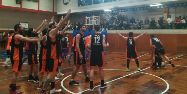 Jugadors i afició van celebrar el triomf que certificava la salvació del Bàsquet Pia. | Sergi Park