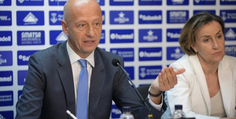 Calzada, acompanyat de la vicepresidenta Ana Navés, donant explicacions a la Junta d'ahir | Roger Benet