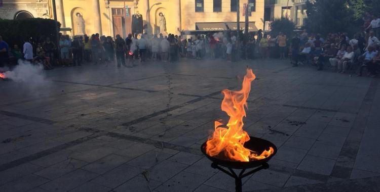 La flama del Canigó arribant a la plaça Doctor Robert | Ràdio Sabadell