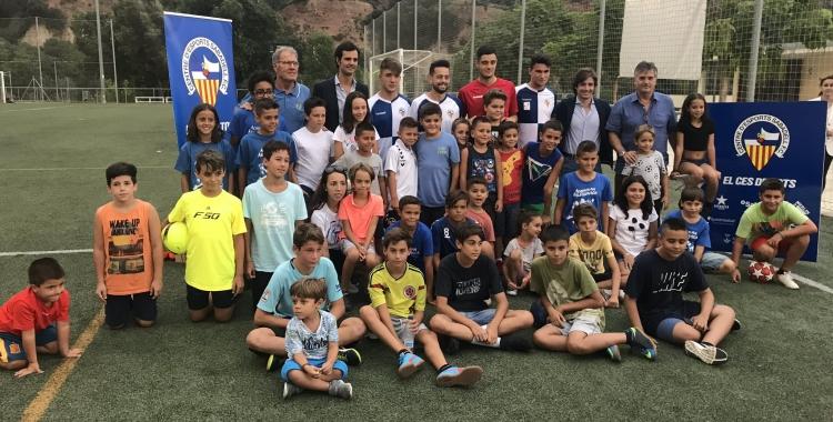 Foto de família amb la canalla que s'ha donat cita avui a Sant Oleguer | Adrián Arroyo