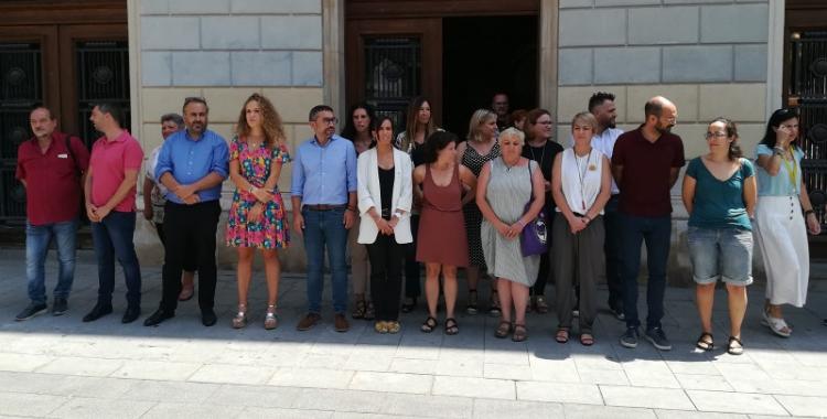 Càrrecs electes i funcionaris davant de l'Ajuntament en el minut de silenci | Sergi Park