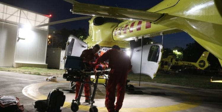Treballadors del SEM preparant l'helicòpter medicalitzat a l'Hospital Parc Taulí de Sabadell | Agència Catalana de Notícies