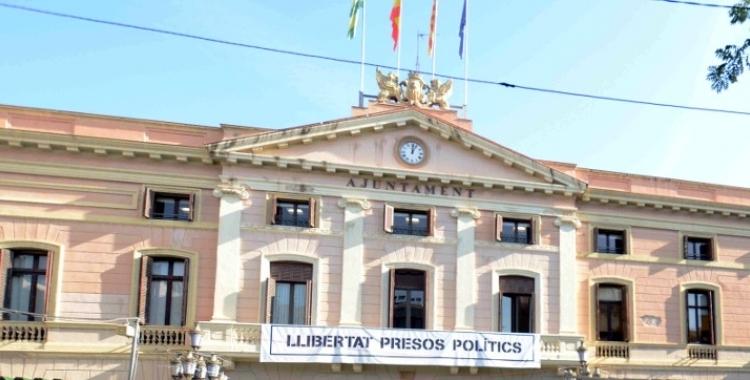 La pancarta en suport als presos encara penja de la façana de l'Ajuntament | Arxiu