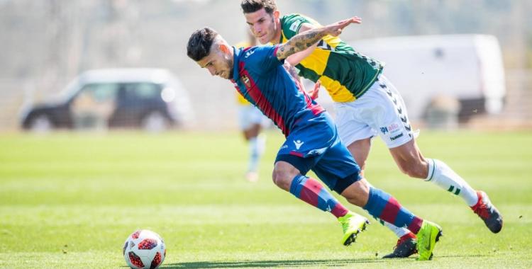 Adri Cuevas persegueix un rival en el partit de la temporada passada | Levante UD