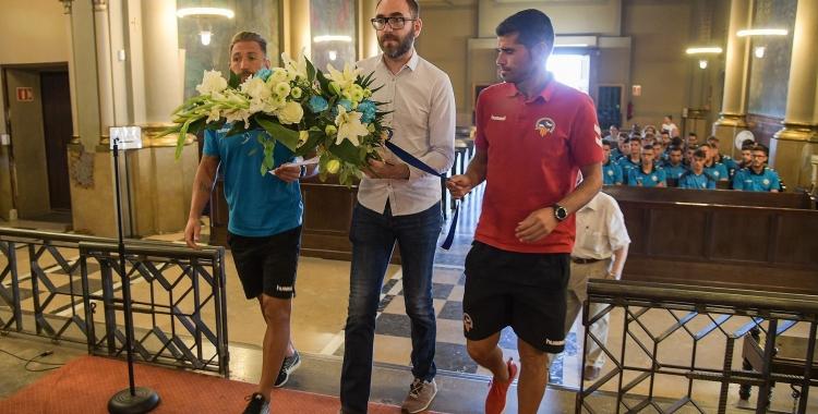 Axel Torres, acompanyat pel capità Àngel Martínez i l'entrenador Antonio Hidalgo, dimarts passat durant l'ofrena a la Salut   Roger Benet