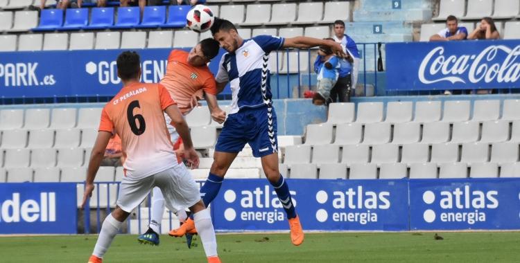 Néstor Querol en una acció aèria del primer partit de la passada temporada contra el Peralada | Críspulo Díaz