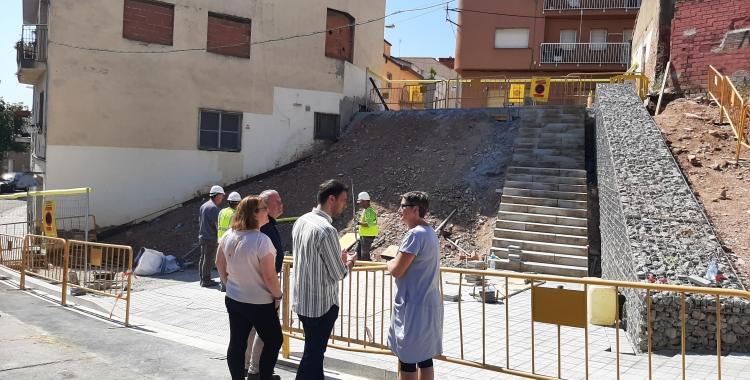 Pol Gibert amb veïns del barri, durant la visita d'obres/ Ajuntament de Sabadell