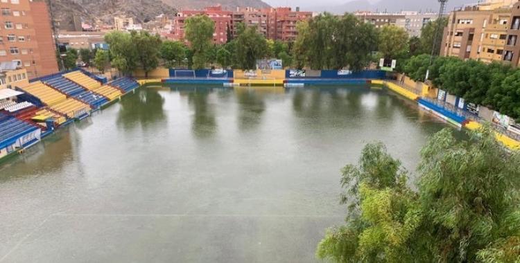 El terreny de joc de Los Arcos va quedar inundat després de la gota freda | Orihuela CF