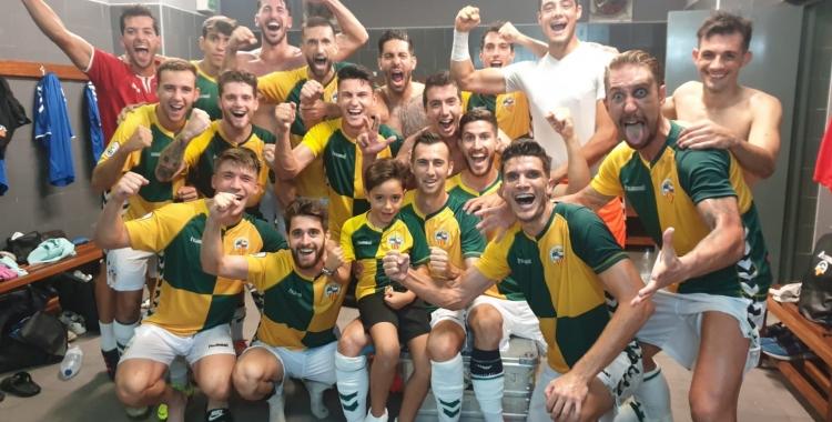 Els jugadors arlequinats celebren la victòria al Rico Pérez   CES