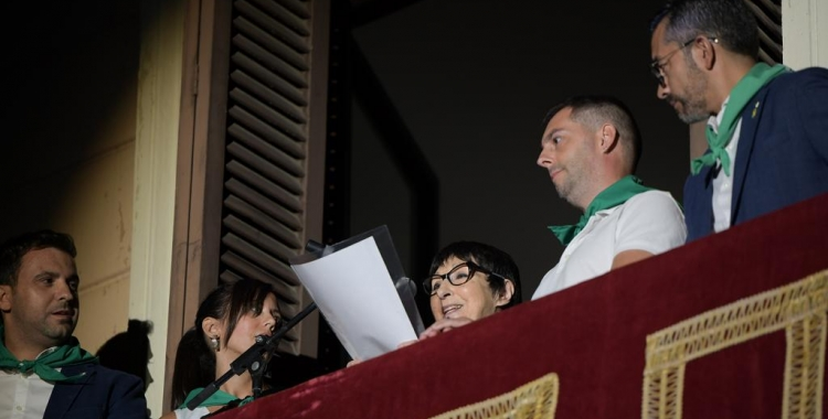 Farrés (segona per l'esquerra) i Fernández (dreta) flanquegen Mirna Lacambra durant el seu pregó | Roger Benet