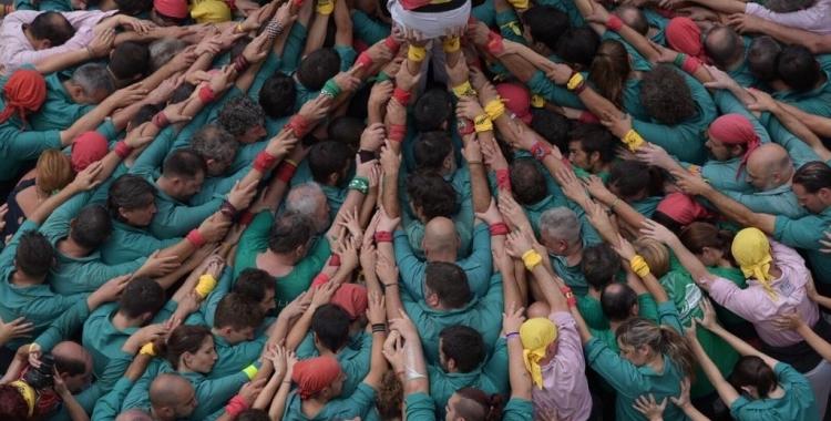 Els Saballuts en plena actuació a la plaça Sant Roc | Roger Benet