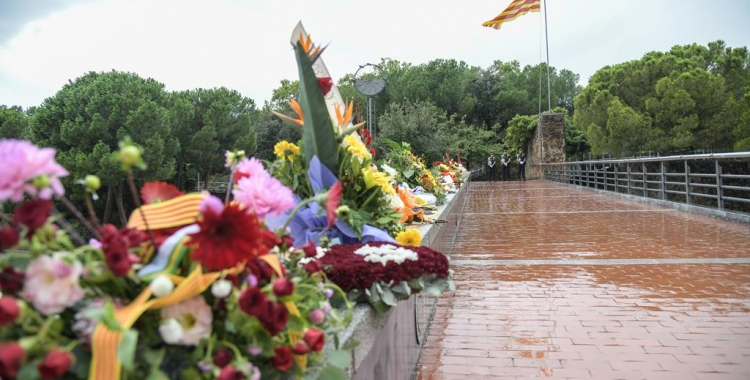 El pont del Parc Catalunya, després de l'ofrena floral/ Roger Benet