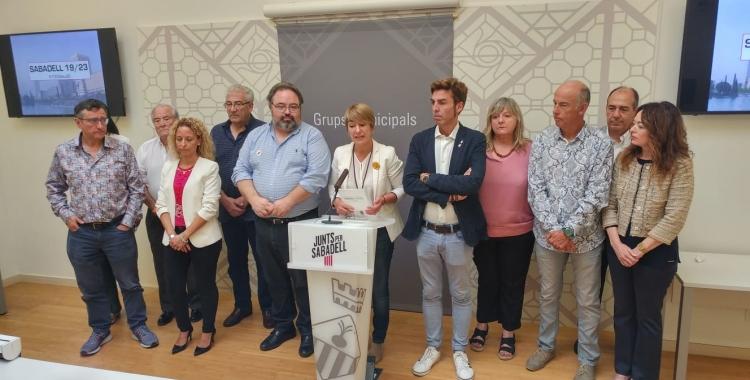 Ciuró rodejada de l'equip redactor de les propostes Sabadell 19/23 | Ràdio Sabadell