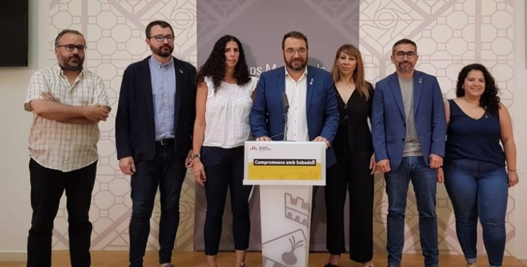 Els vuit regidors i regidores d'ERC, en una roda de premsa   Cedida