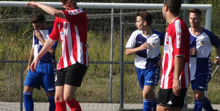 Guillem Anglada (mig) celebrant un dels seus gols entre la frustració dels jugadors del Tibidabo | Sergi Park