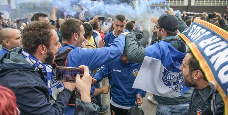 Així va rebre l'afició arlequinada els jugadors a Olot l'última jornada de la 2018/19 | Roger Benet