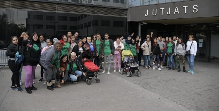 Participants de la plataforma s'han concentrat davant l'edifici dels jutjats | Roger Benet